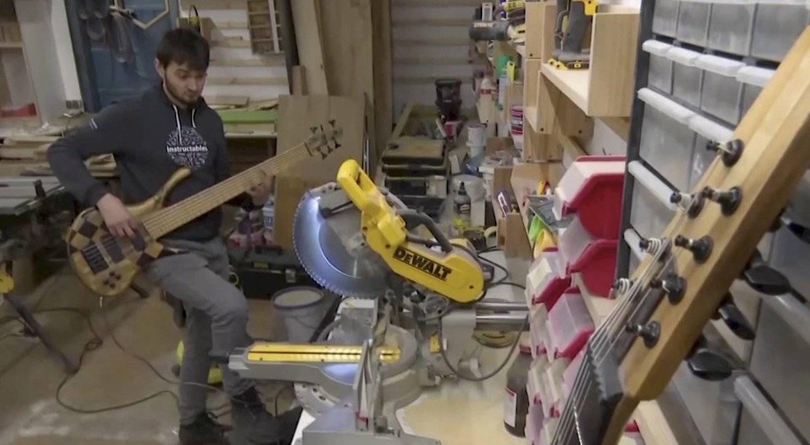 ¡Talento sin límites! Músico crea instrumentos artesanales con madera de la basura