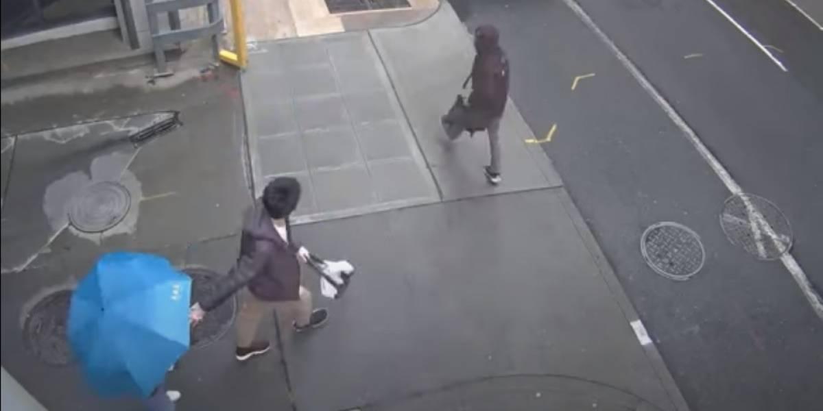 """¡Reprochable! Hombre escupió y golpeó a mujer de rasgos asiáticos. """"Todo es por su culpa"""""""