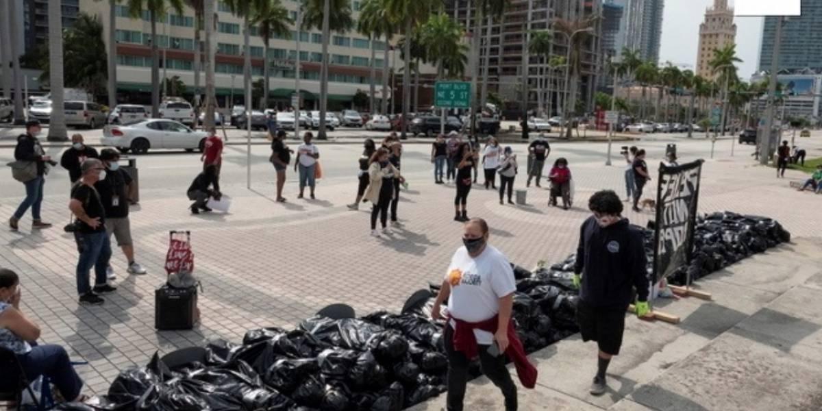 """Llevan simbólicos """"cadáveres"""" como protesta por desempleo en EE.UU."""