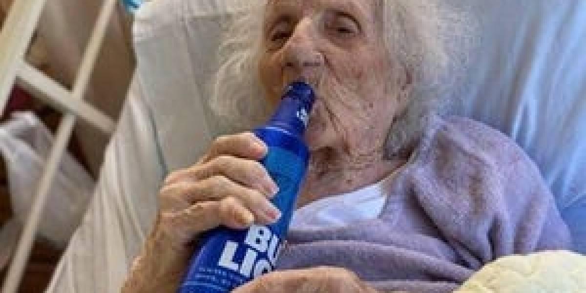 [Video] Abuelita de 103 años se cura de coronavirus y lo celebra tomando cerveza
