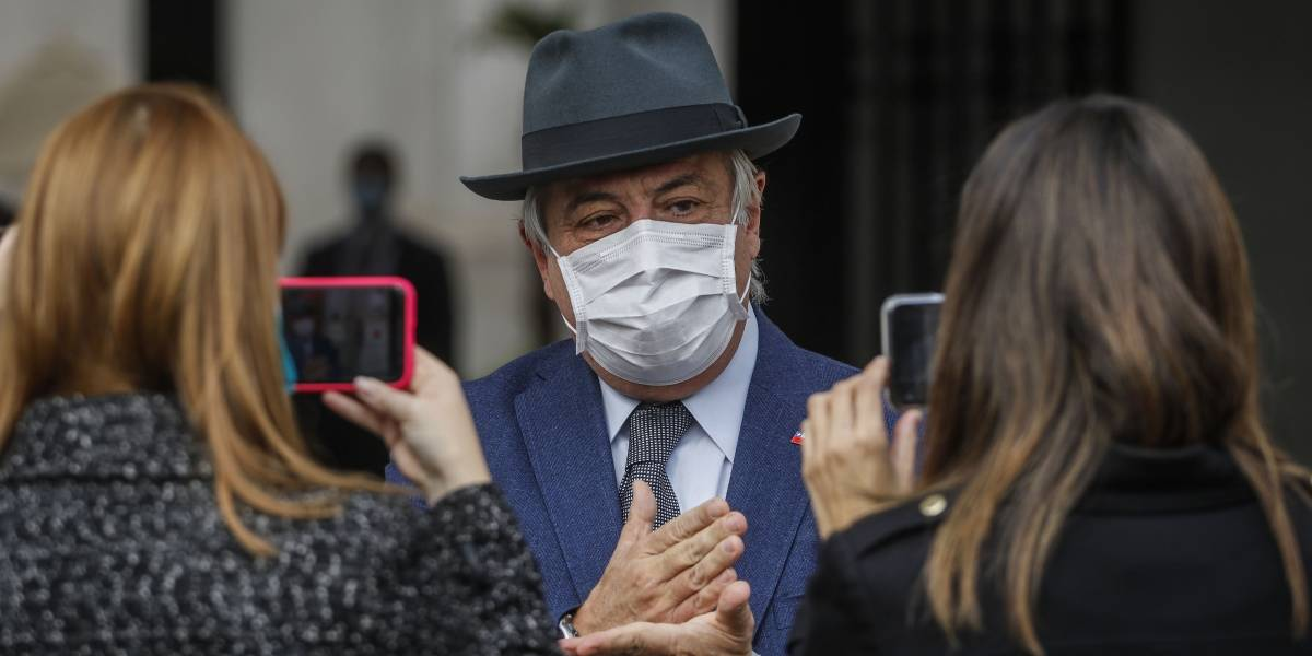 Piden renuncia de Jaime Mañalich en proyección en edificio y por redes sociales