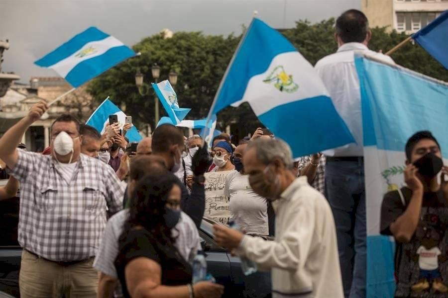 Centenar de guatemaltecos reclama en sus vehículos contra el confinamiento