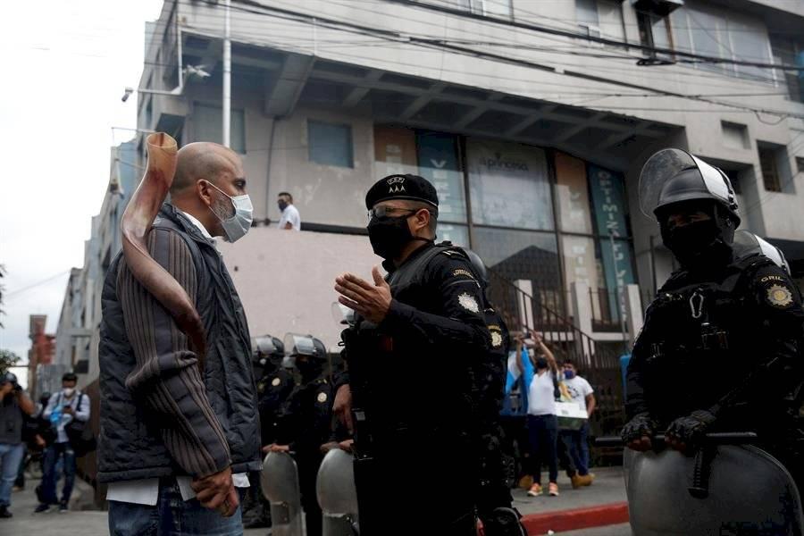 Un centenar de guatemaltecos reclaman desde sus vehículos contra el confinamiento