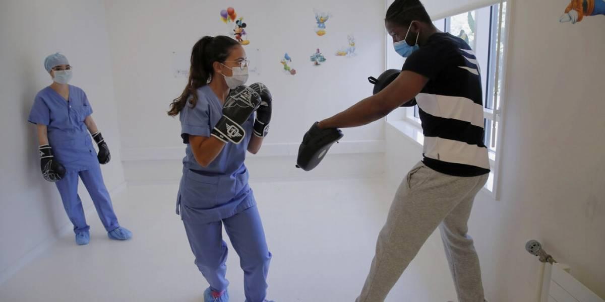 Excampeón ofrece clases de boxeo en hospital para que trabajadores liberen estrés