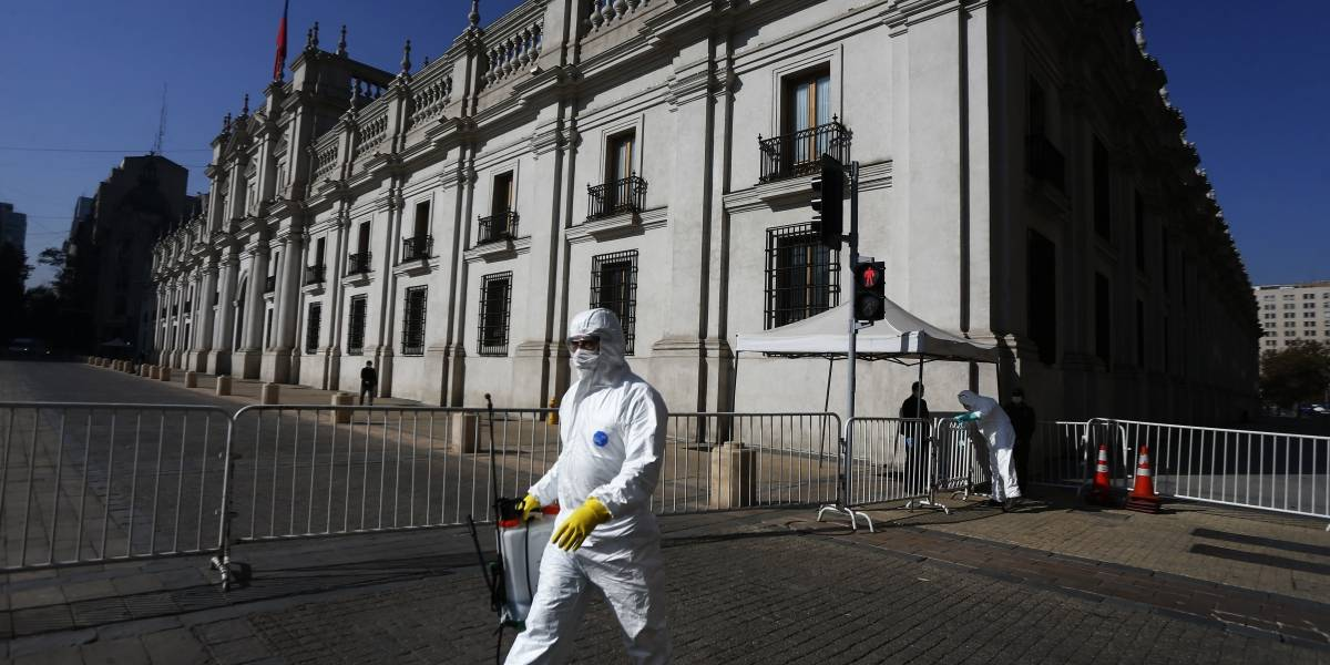 Operativo en las afueras de La Moneda: contagiado con coronavirus llegó a pedir ayuda para trasladarse a residencia sanitaria