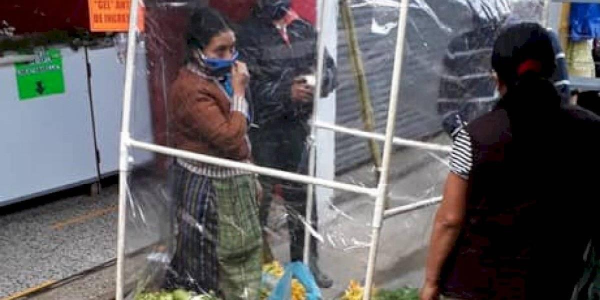 Vendedora ambulante crea ingeniosa barrera para seguir trabajando y no contagiarse de coronavirus