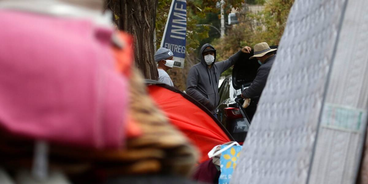 Más de un centenar de venezolanos que acampaban fuera de su embajada fueron trasladados a albergues