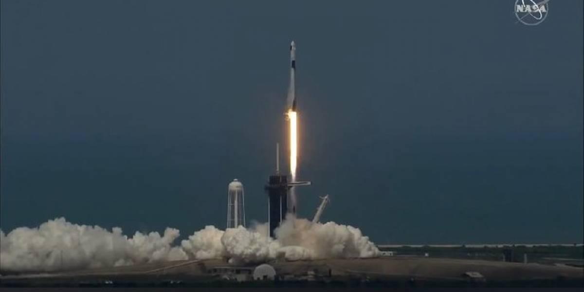 ¡Histórico! SpaceX lanzó su primer cohete tripulado con éxito