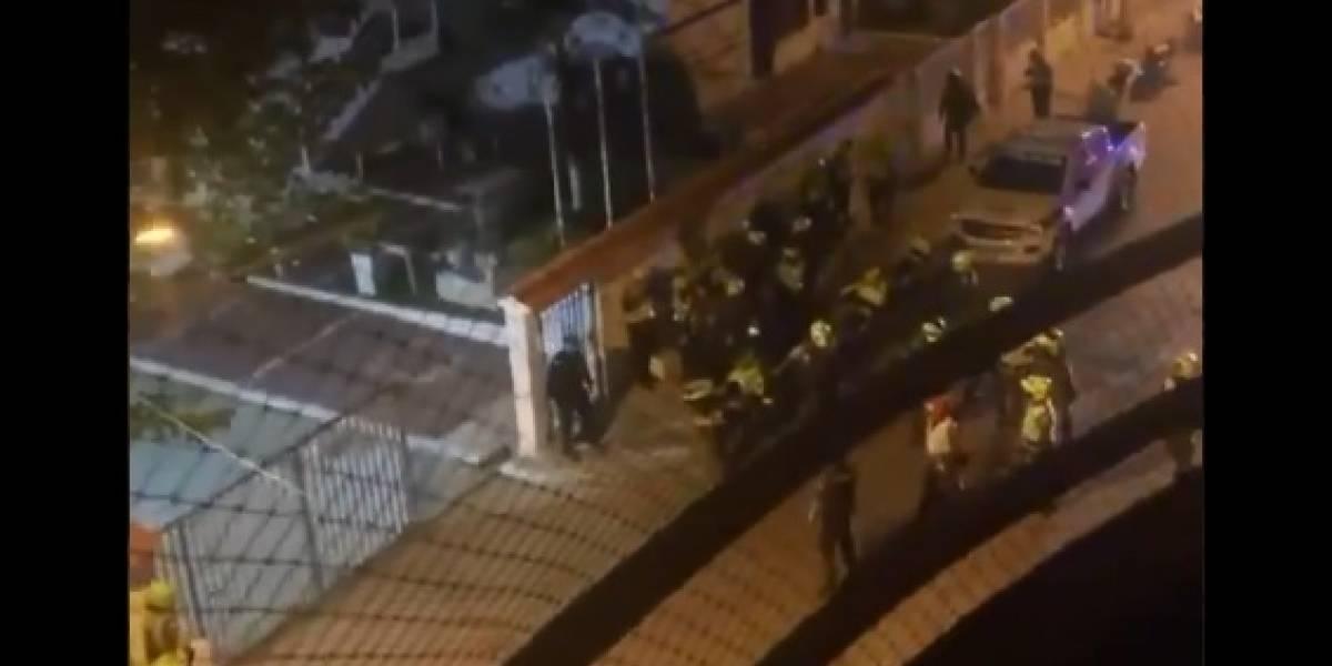 En video: Así fue la pelea entre once auxiliares de la policía