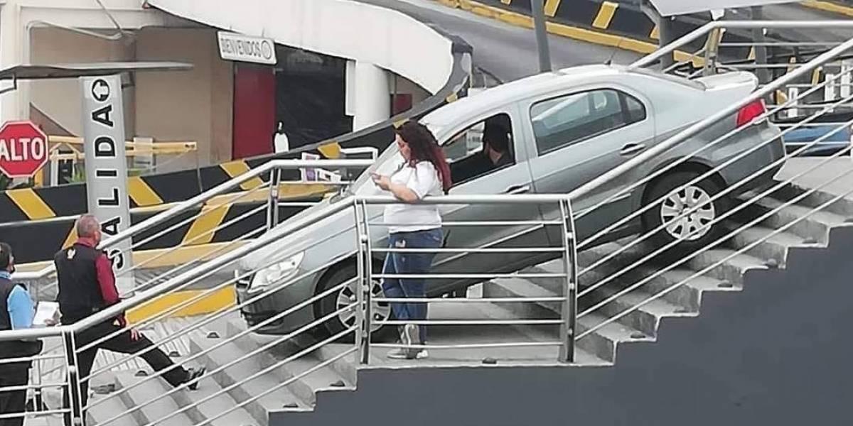Cae con su auto al confundir escaleras