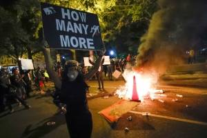 Protestas el domingo 31 de mayo de 2020 durante los disturbios por la muerte hace unos días de George Floyd en Minneapolis