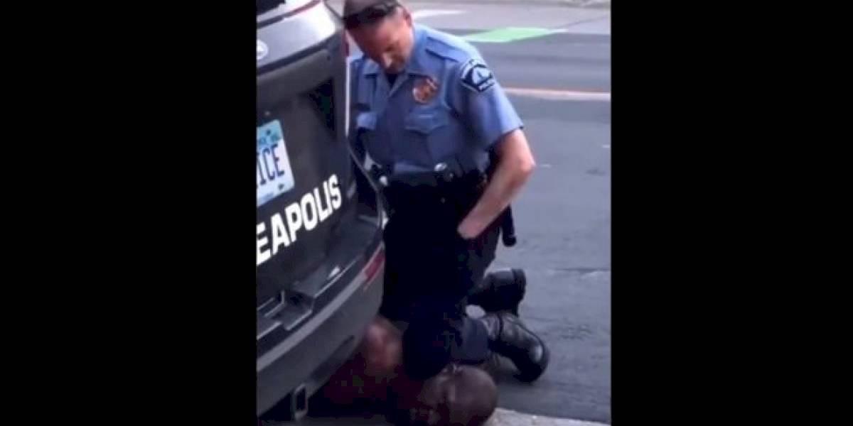 El policía fue grabado mientras asfixiaba al afroamericano
