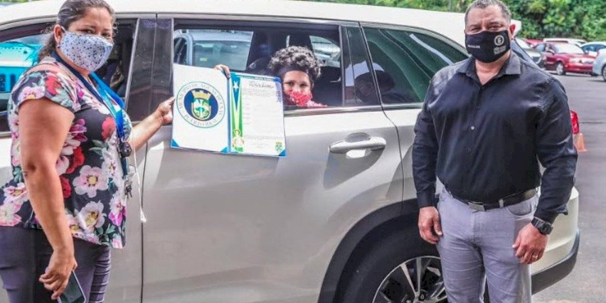 Estudiantes de Aguas Buenas reciben la beca municipal