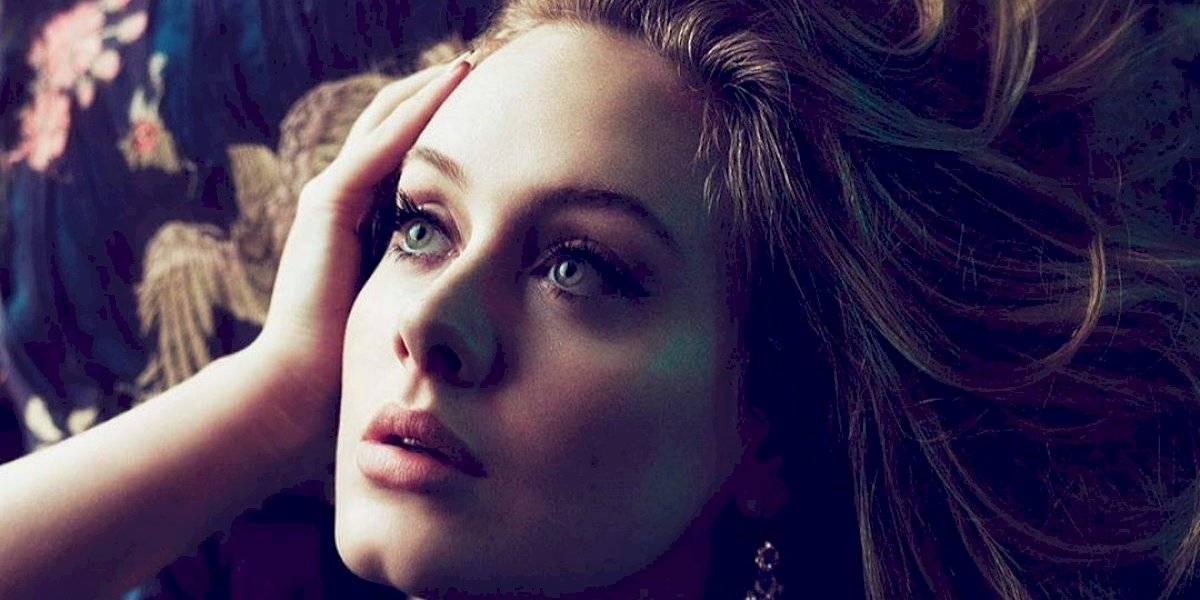 Adele impacta con una blusa de encaje negro dejando mucho al descubierto