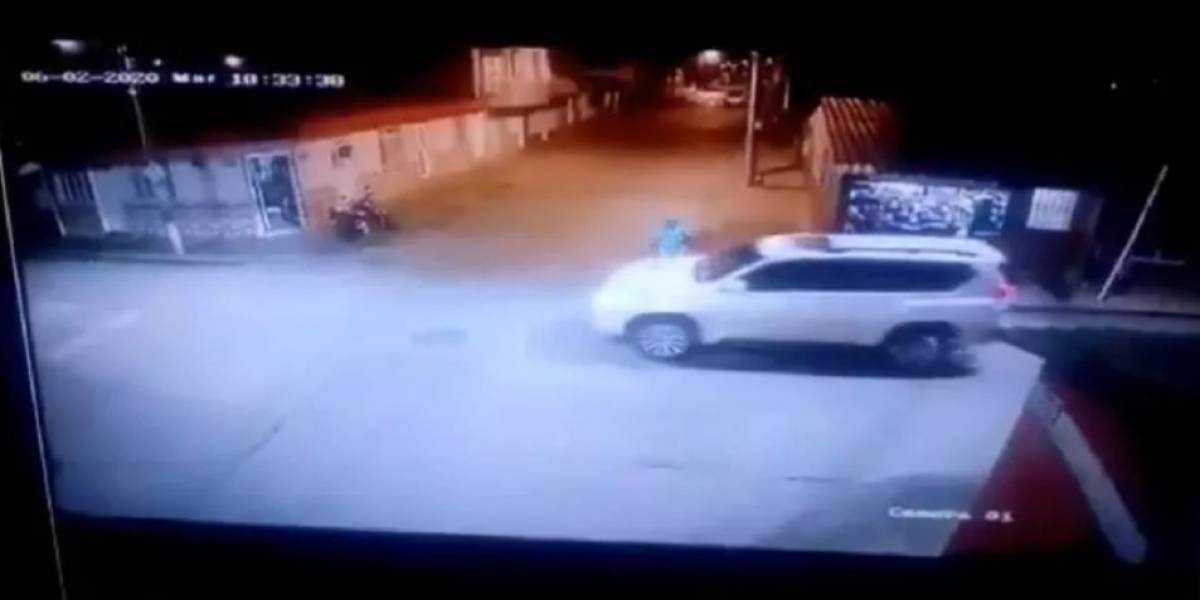 """Video: """"La Liendra"""" chocó a un motociclista tras volarse una señal de pare"""