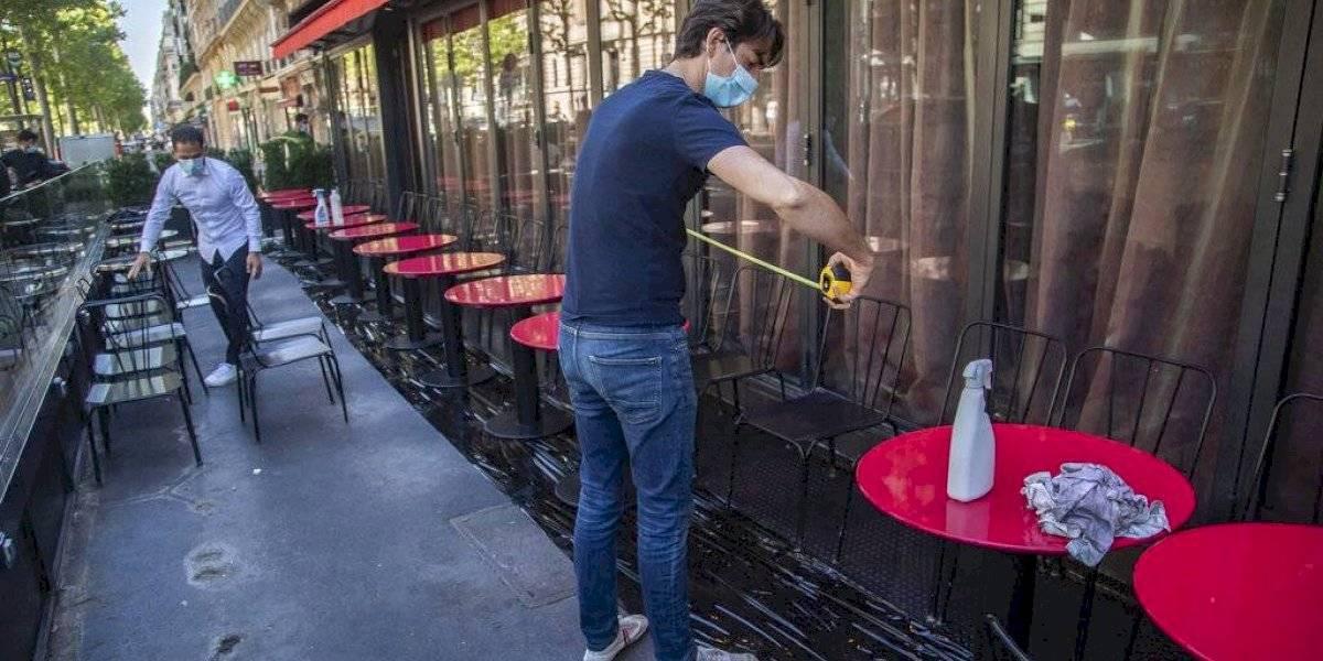 Reabren gradualmente cafés y restaurantes en París