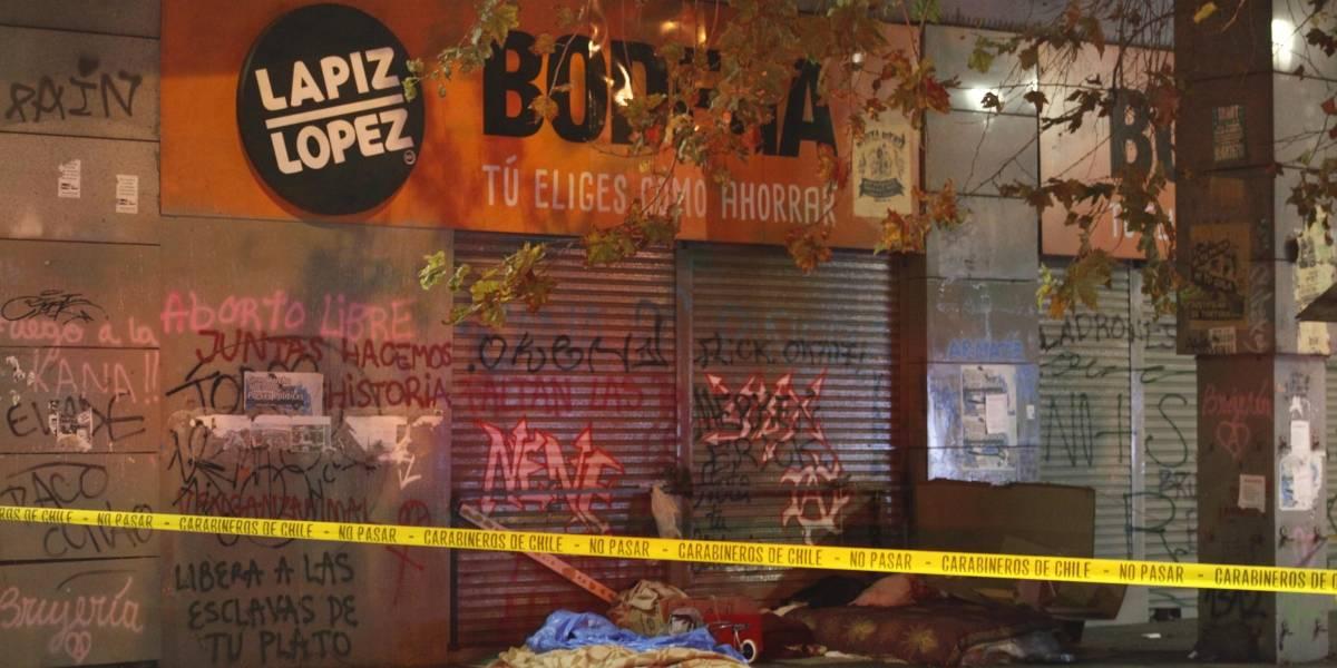 Otra muerte en la calle: investigan si fallecido en las afueras de Metro Santa Lucía estaba contagiado de coronavirus