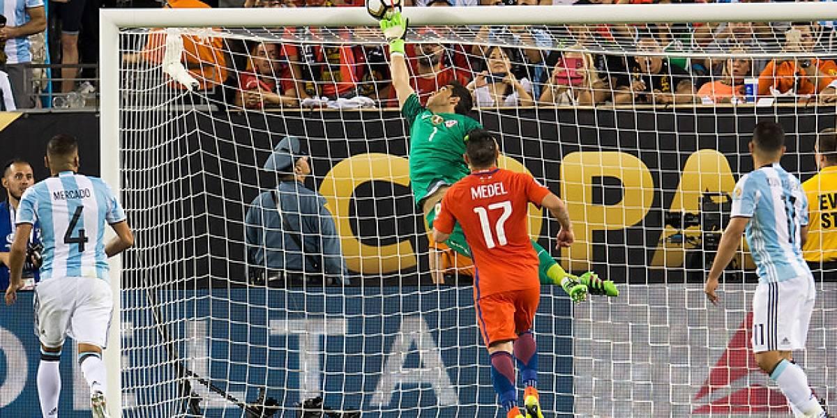 """""""Me la sacó con la punta de los dedos el hijo de p..."""": Kun Agüero recordó el tapadón de Bravo en la Copa América 2016"""