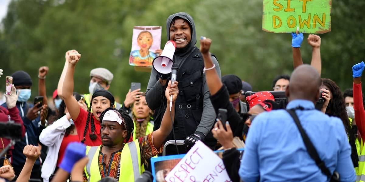 John Boyega, de Star Wars, faz emocionante discurso durante protestos em Londres