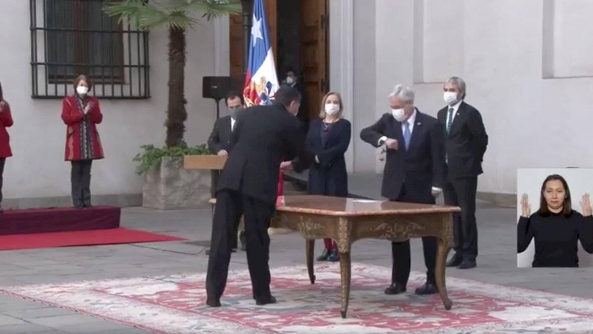 Piñera y Alvarado saludándose con el codo / Foto: Captura