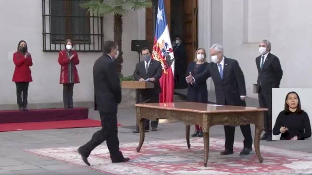 Piñera intentando darle la mano a Alvarado / Foto: Captura