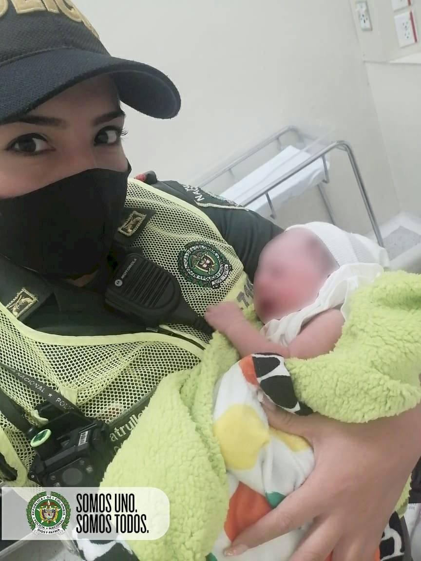Bebé nació en la patrulla de la Policía