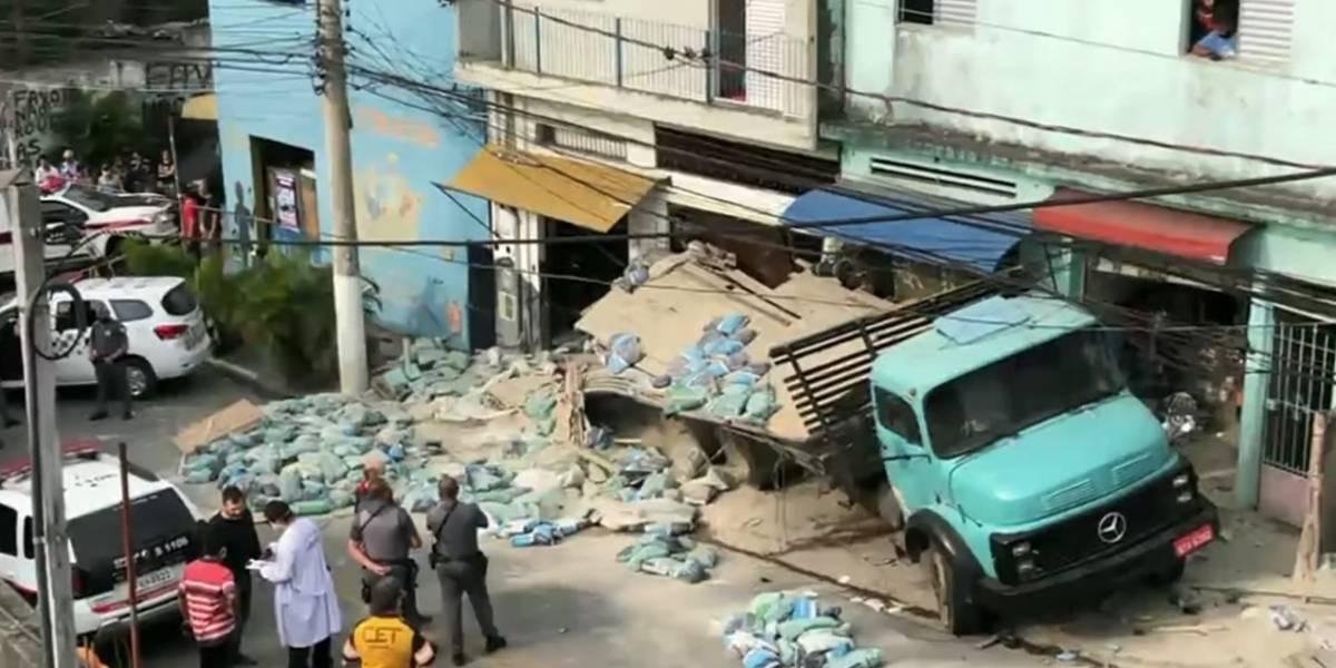Caminhão perde controle em ladeira, destrói casa e mata idosa em São Paulo