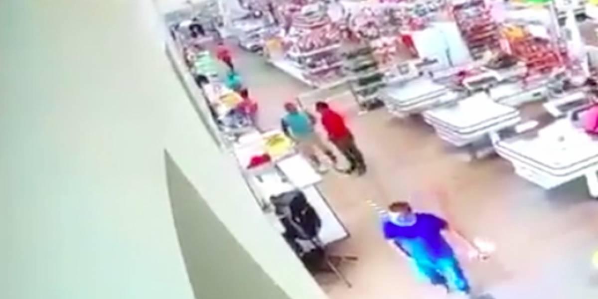 Impactante video: golpea brutalmente a empleado que le pidió usar mascarilla
