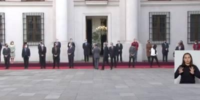 Piñera, sin mascarilla, no respetando la distancia social con su edecán / Foto: Captura