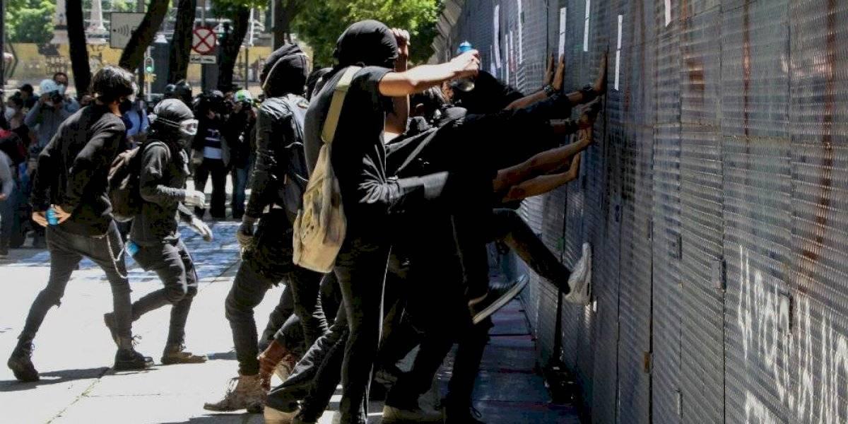 Encapuchados se manifiestan frente a embajada de Estados Unidos