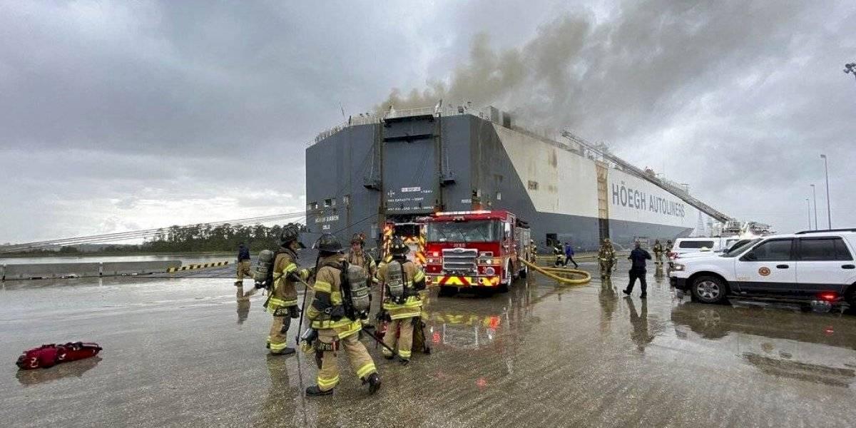 Nueve bomberos hospitalizados tras explosión en un buque en Florida