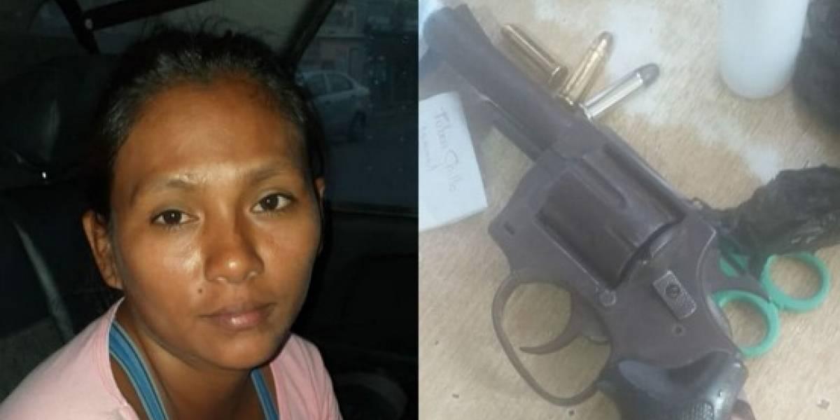 Mujer caminaba portando un arma calibre 38 en Voluntad de Dios