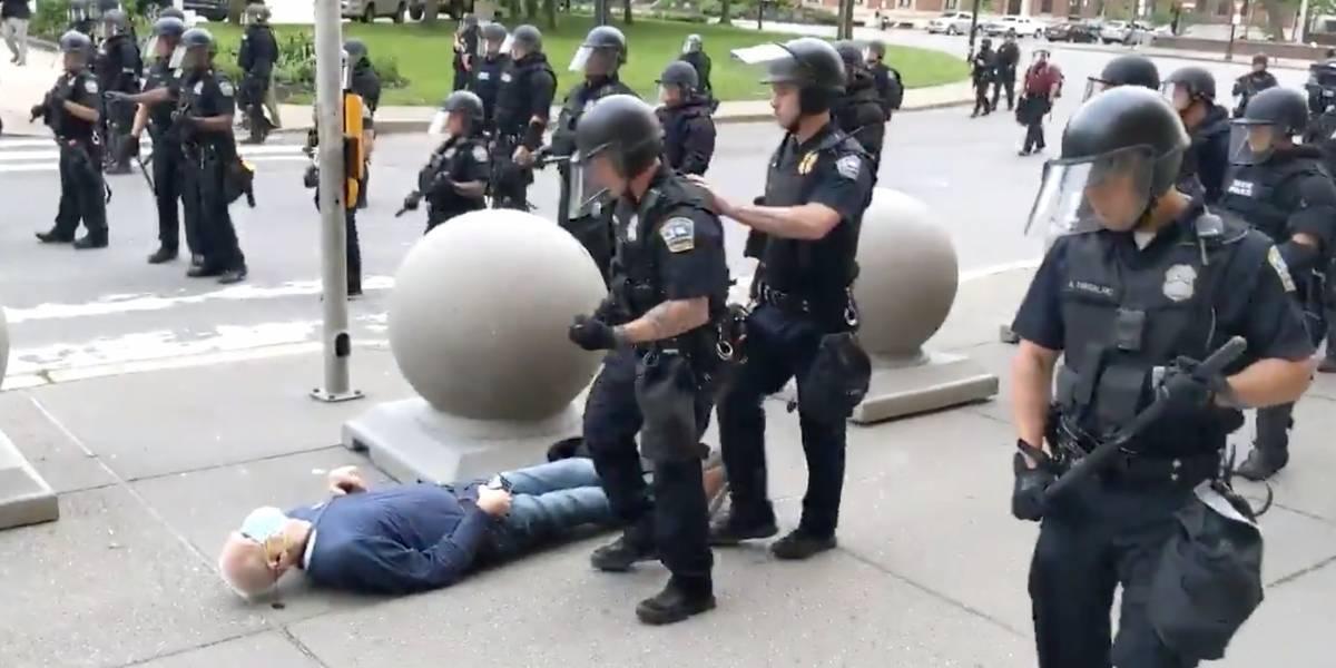 (VIDEO) Brutalidad policial en EEUU hace estallar las redes: agreden a un anciano de 75 años