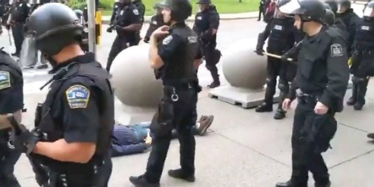 Imágenes sensibles: adulto mayor queda grave tras ser empujado por la policía de EE.UU