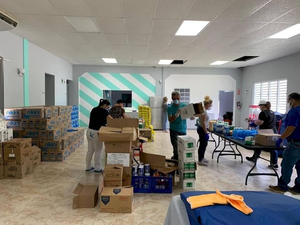 Voluntarios del Junte Comunitario Comerieño preparan cajas con alimentos para entregar a las comunidades.