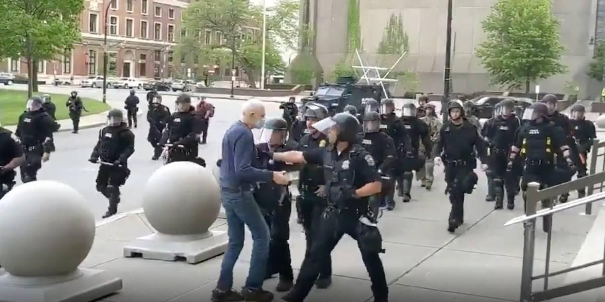 Adulto mayor se golpeó la cabeza contra el suelo tras ser empujado por dos policías en Nueva York