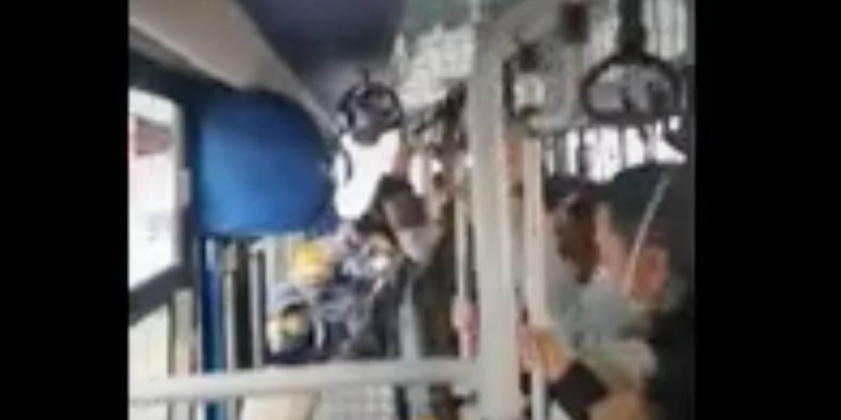Captan aglomeración de pasajeros en bus de Quito, pese a semáforo amarillo