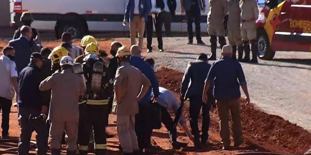 Bolsonaro escorrega e cai após descer de helicóptero em Goiás