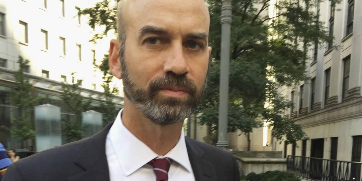 Renuncia editor del New York Times tras polémica columna