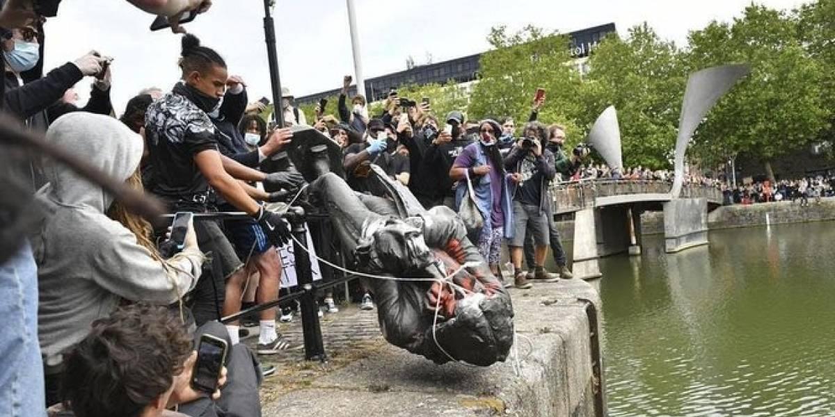 (VIDEO) Derrocan estatua de comerciante de esclavos en protesta contra el racismo