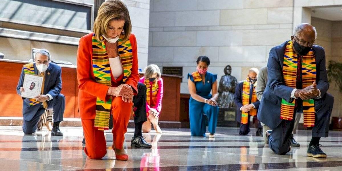 Parlamentarios demócratas se arrodillan por George Floyd en el Capitolio