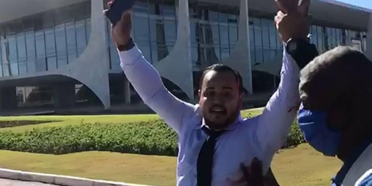 Manifestante é detido por jogar tinta vermelha no Palácio do Planalto