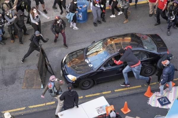 Protestas en EE.UU: sujeto irrumpió con su auto, le disparó a un manifestante y huyó a pie