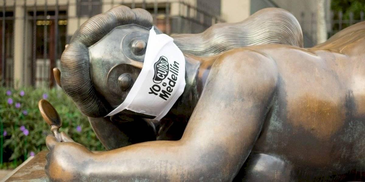 Las esculturas de la Plaza de Botero amanecieron con tapabocas