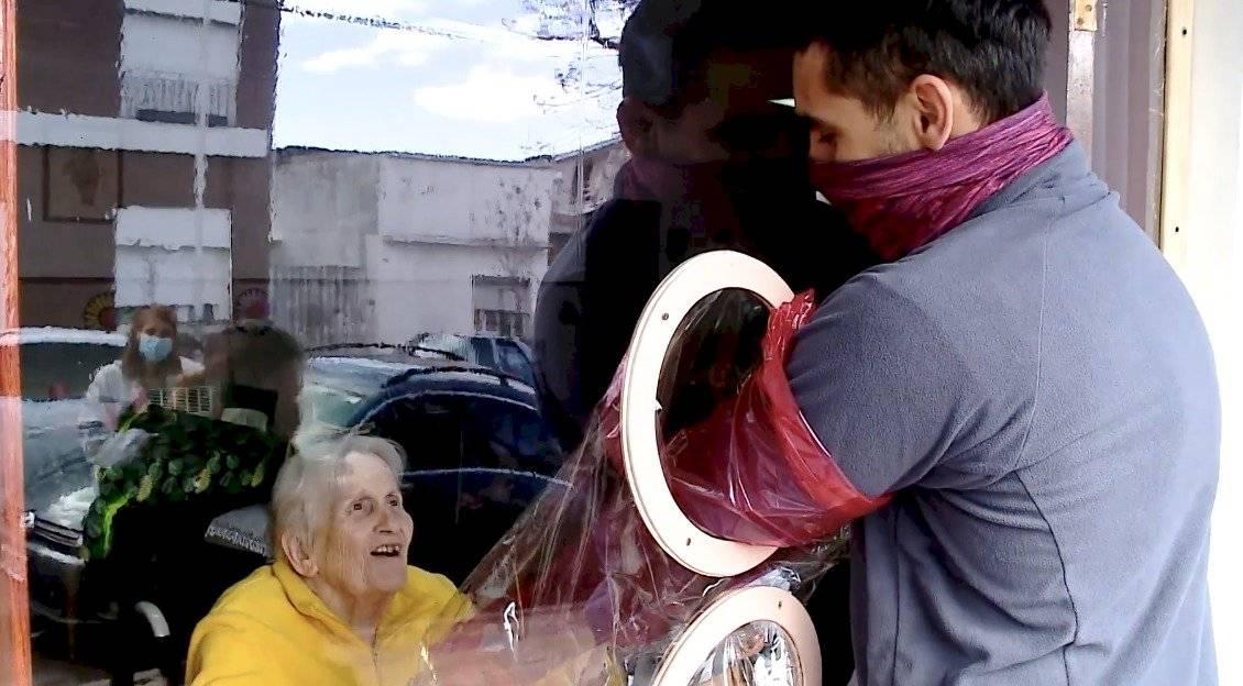 """La """"cortina de abrazo"""" vuelve a unir a ancianos de asilos con sus familiares"""