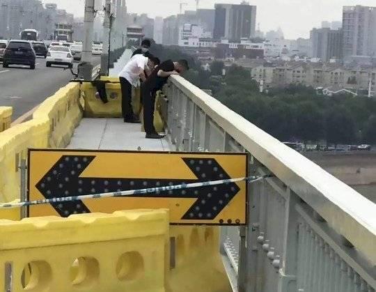 ¡Vas a llorar! Un perro va cuatro días esperando a su dueño en el puente donde se suicidó METRO UK