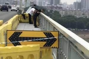 ¡Vas a llorar! Un perro va cuatro días esperando a su dueño en el puente donde se suicidó