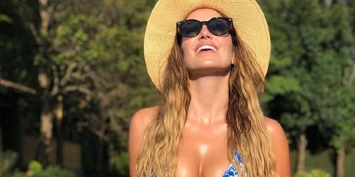 Andrea Escalona aumenta el calor del verano con su traje de baño fucsia, muy tropical con cotorras