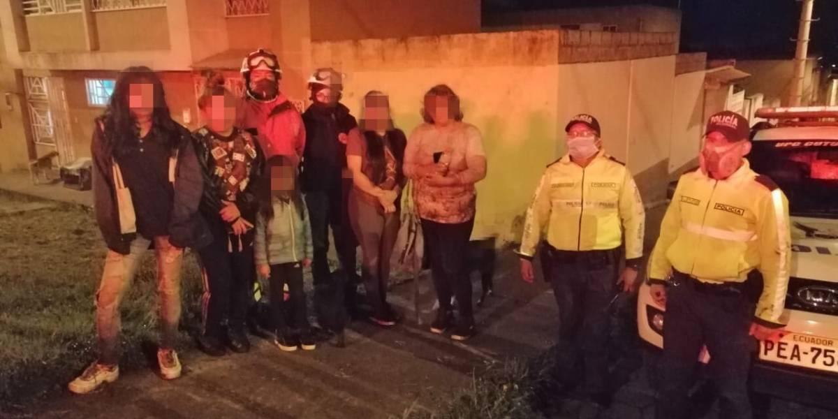 Dos adultos y tres niños fueron rescatados del Atacazo