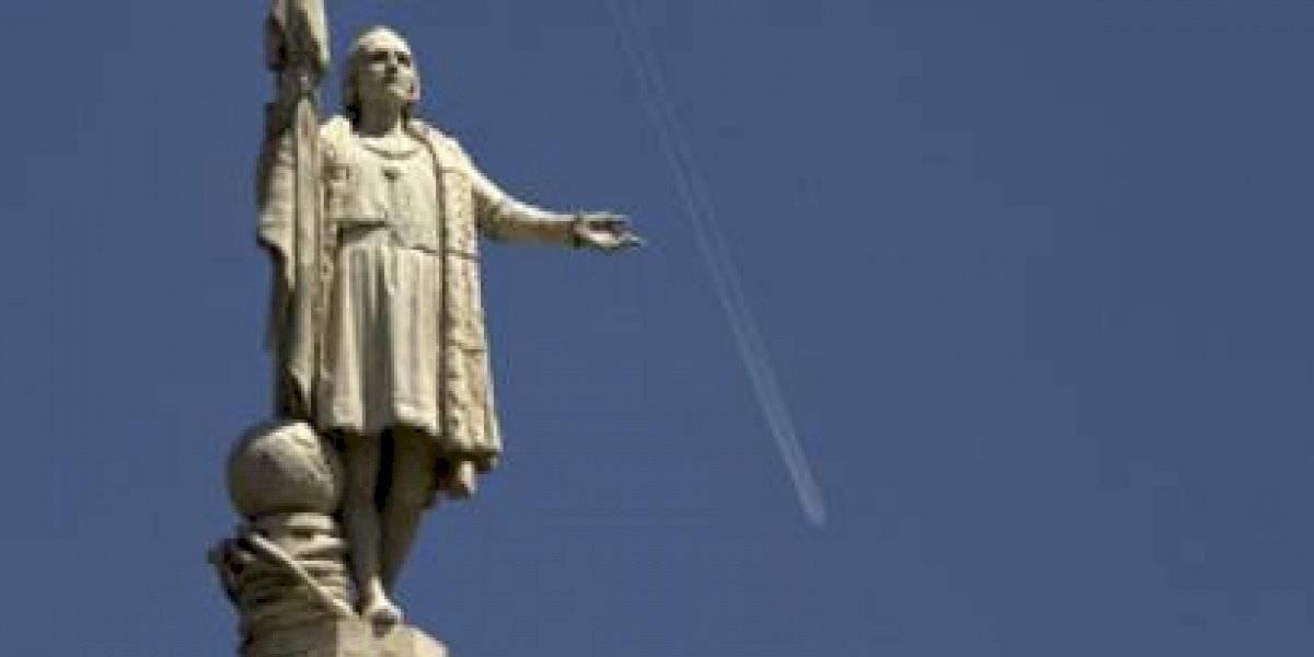 Queman y arrojan a un lago estatua de Cristóbal Colón en Estados Unidos
